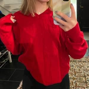 En röd stickad tröja från Berga i storlek M men skulle säga att den är M/L. (uppvikt på bild 1 och 2) väldigt fint skick!! Fläckarna är på spegeln och inte tröjan. Säljer för 300kr (frakt redan inräknad)💕
