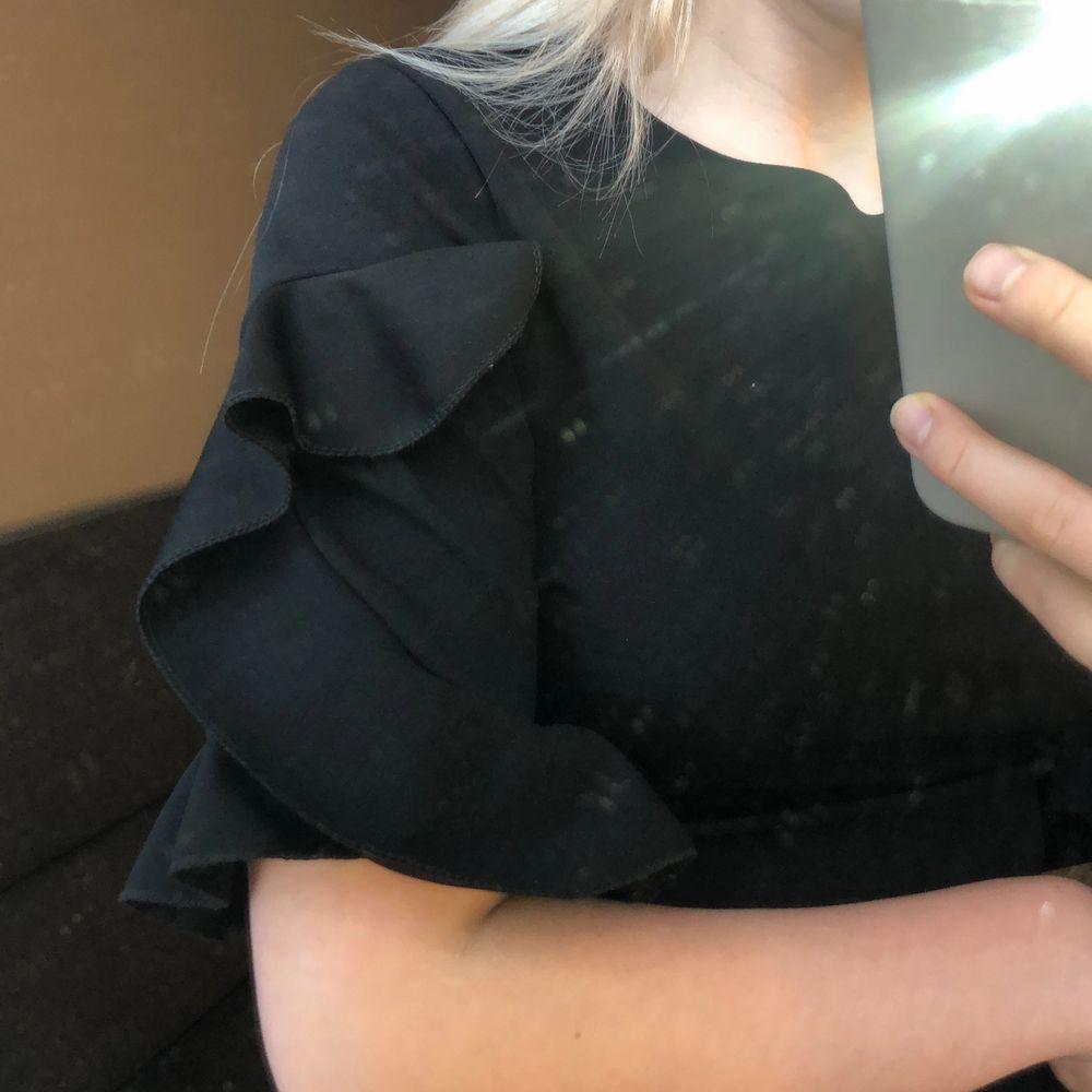 En fin tröja med volanger på ärmarna. Använd 1 gång därför säljer jag den. Den är från boohoo och är väldigt skön❤️. T-shirts.