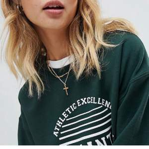 Säljer denna gröna sweatshirt i strl S, även modellen har strl S. Mysigt material inuti. Sparsamt använd!💕 Bud på 330 inkl frakt!