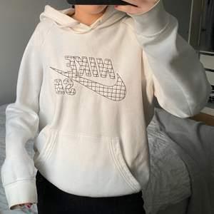 Snyggaste Nike tröjan!! | äkta | köpt för några år sedan men i bra skick förutom en fläck på ärmen vilket jag kan skicka bild på👍🏼 frakt tillkommer