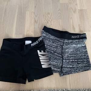 Säljer två par träningsskjorts ifrån Nike, ett par för 150 kronor och båda paren för 210kr 💖 de grå byxorna är i storlek M och de svarta är i storlek S, men jag skulle säga att båda paren skulle passa en i XS också eftersom de är ganska tajta och små i storlekarna.