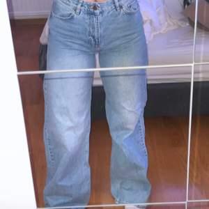 Ljusblå jeans från junkyard. Köpta för 499kr! Säljs pga inte min stil, mycket sparsamt använda. Långa på mig som är 172. Köpare står för frakt!