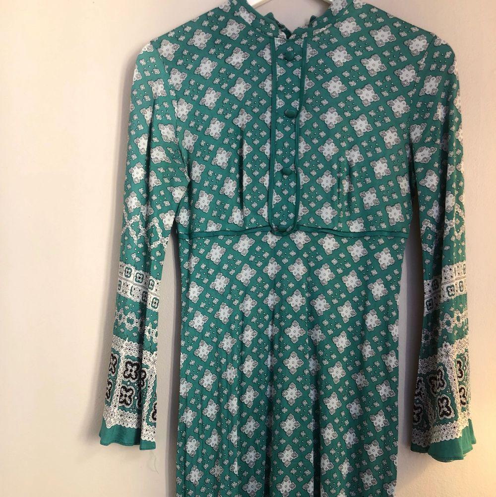 Fantstik klänning. Formar sig super snyggt efter kroppen. Fint skick sparsamt använd . Klänningar.