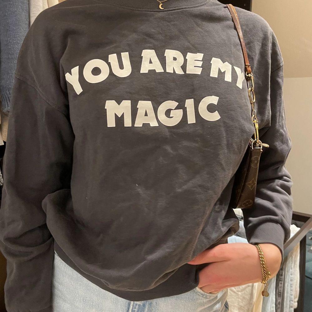 Mörkgrå sweatshirt från Gina i storlek S men funkar både större och mindre. Säljer för 140kr + frakt . Tröjor & Koftor.