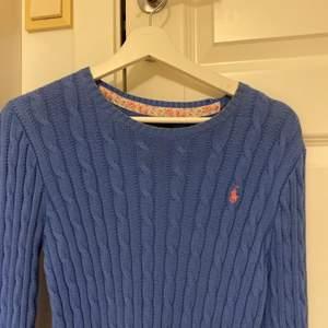 säljer denna fina tröja för ett väldigt bra pris - 350 kr plus frakt! nypris var 1200 kr ✨ tröjan är äkta och är använd ca 2 ggr