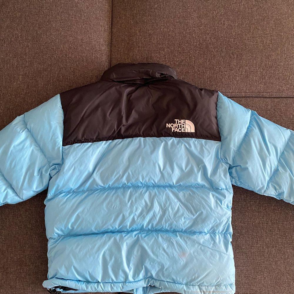 Använd förra vintern och i damstorlek. Färgen är starkare irl så skriv för fler bilder :) 💕 öka bud med minst 50kr . Jackor.