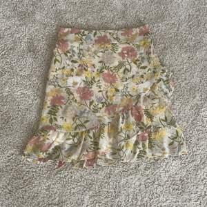 Säljer denna superfina kjolen då jag köppte fel storlek. Kjolen är ganska liten i storleken. Den har volang, och resår i midjan. Kjolen är endast testad så i väldigt bra skick. Nypris är 350 kr. Frakt tillkommer 😊