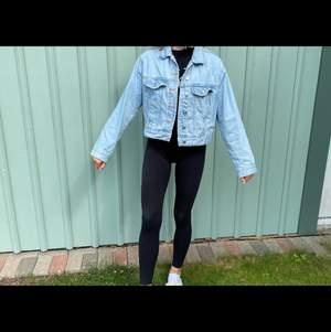 Jag säljer en jeansjacka från Gina Tricot i storlek S. Jag köpte den förra året, men har knappt använt den då jag har ytterligare en jeansjacka. Den har två innerfickor, men även ytterfickor:) Inköpspriset var 500kr, men jag säljer den för 199 exklusive frakt.