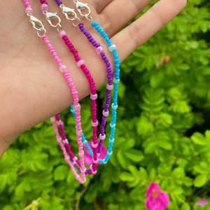 Säljer dessa halsband jag gjort själv! Färgglada o passar perfekt till sommaren💜💗 köp en för 45. Extrapris: tre för 120! 🌸Ifall du önskar en annan färg eller modell så kan du skriva till mig så jag nog lösa det!💕