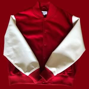 Hej! Säljer denna sjukt snygga baseball jackan i storlek XL❤️ köpt på weekday, i gott skick. Skickas spårbart! PM vid intresse✌️