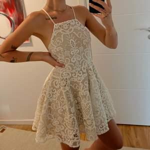 """Säljer denna super duper gulliga klänning från """"Two sisters"""". Klänningen fungerar på både XS/S och M. Helt underbar klänning. Så fin och gullig men jag känner att jag är lite för lång för den tyvärr. Ryggen på klänningen är drömlikt vacker och man kan justera snörerna hur man vill. Jag är 174cm. Fraktkostnad tillkommer🌸🦋⚡️"""