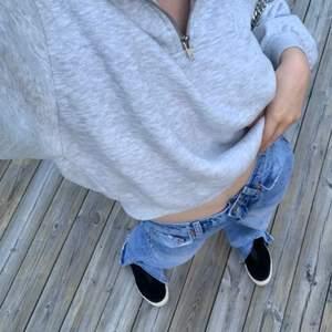 Så fin sweatshirt med dragkedja som är supertrendig i slutsåld modell. Superbra skick bara använd fåtal gånger. 🤍 Verkligen superfin, köpt för 299kr. Frakt tillkommer på 66kr och då är det spårbart.