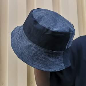 Så söt och simpel reversible buckethat som jag sytt själv i två olika färgade jeans ✨! Perfekt för sommaren. Passar alla✨👌