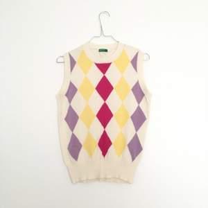 Jättefin väst (eller linne, kan användas hursom) från United Colors of Benetton. Med cerise, gula och lila rutor på framsidan. Inhandlat second hand men i jättebra skick. Står ingen storlek men uppskattar det som storlek S.