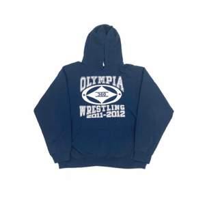 Säljer en skit snygg vintage hoodie i storlek large och passar skit snyggt oversized om man har storlek Medium eller small. Hoodien är i jätte bra skick. Skickar endast👍🏻 Ha en bra dag!