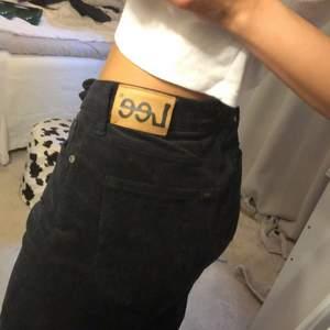 Skit snygga Lee jeans som tyvärr är lite stora på mig. (Jag är strl 32/34) kan mötas upp i uppsala annars tillkommer frakt💫