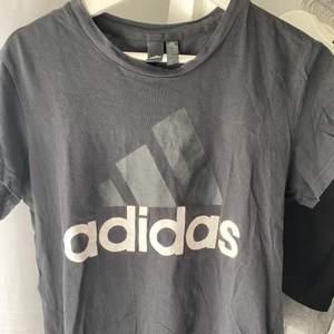 Svart addidas t-shirt  Storlek L men tycker den är liten i storleken  Använd några gånger