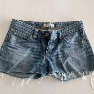 Lågmidjade bootcut Levis jeans som är avklippta till shorts💗 för små för mig som har S/M på shorts och jeans💗💗 knappt använda då dom köptes som shorts second hand