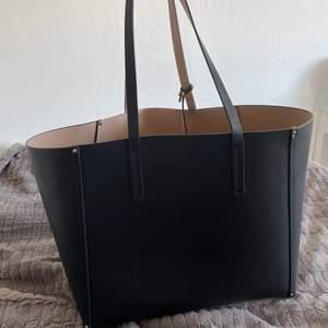 """Säljer denna stora handväska för 140kr + frakt. Köparen står för frakten!! Man får med en liten """"necessär/plånbok"""" i också."""