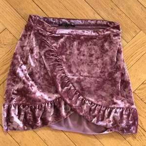 jättefin rosa kjol med volanger! har en kjedja vid sidan och är köpt på en loppis. tvättar självklart innan jag säljer och om du vill ha mer info eller bilder skriv till mig privat!