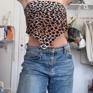En sjal i leopardmönster som går att använda till tillexempel håruppsättningar eller linne! Skriv vid fler frågor elr bilder❤️❤️