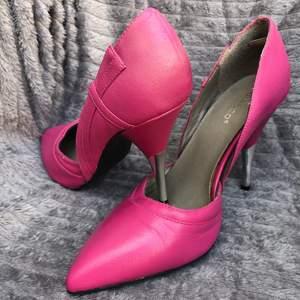 Ett par rosa högklackade skor i storlek 39 oanvända