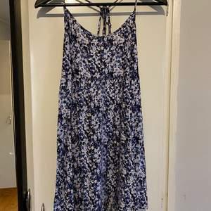 Blommig klänning från H&M, storlek 34. Köpare står för frakten.