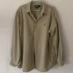asnice oversized ralph lauren skjorta i en ljus olivgrön färg, inga defekter