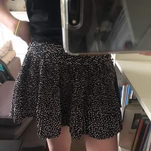 Säljer denna underbara kjol perfekt för i sommar! Den är väldigt mörkblå, nästan svart, med vita och några gröna stjärnor över hela ⭐️💚🤍🥰 Den är plisserad och har en dold dragkedja på sidan. Storlek 34 men skulle passa en liten 36 också 🤩💞 Den här kjolen är så drömmig och kommer vara så fin tillsammans med en somrig topp! Aldrig använd!!! Kan mötas i Solna, Sundbyberg, alternativt Odenplan eller frakta. Buda i kommentarerna, börja från 100kr! Skriv till mig privat om ni vill se fler bilder💖🥳💋💜