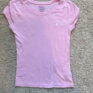 Rosa Polo Ralph Lauren t-shirt. Barn storlek M (8-10). Kostar 150kr + 66kr för frakt. Betalningssätt: Swish