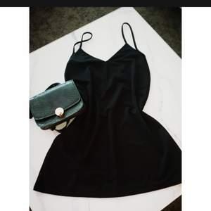 Sommar klänning från Prettylittlethings storlek 37 UK8. V-ringad rygg