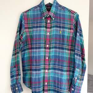 Superfin ny Ralph Lauren skjorta i linne, relaxed fit. Köpt för 1195kr. Storlek S, jag brukar ligga mellan S & M, så funkar utmärkt om du ligger på Medium. Linne är ett skönt & luftigt material som andas, perfekt för sommaren.