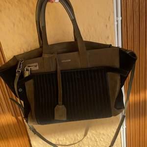 Handväska i militärgrön och svart mocka från Zadig & Voltaire. Går även att ha som axelväska. Köpt för några år sedan och flitigt använd, men har inga speciella fläckar och är ren inuti.