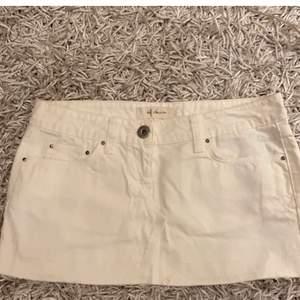 Kort jeans kjol, med detaljer på fickan!