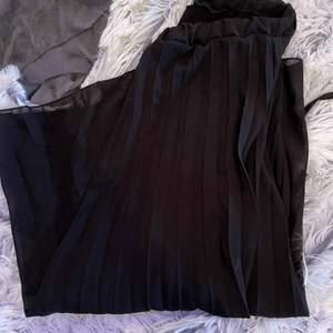 Säljer en plisserad midi kjol i strl 36
