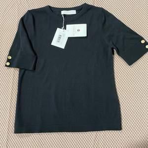 Fin merinoull tröja från Busnel i stl 34.  Modell: Lucia Top Färg: Black  Helt ny med lapparna kvar.   Nypris 1599 kr  Mitt pris 700 kr