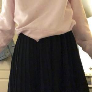 Svart plisserad kjol från NA-KD!! storlek XS men passar även S🤍 Pris 70kr + frakt