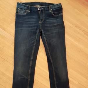 Snygga retro Jeans från Koola Anna.. (Passar mig som har strl M) använda max 2-3 ggr så jeansen är i helt perfekt skick, som nya :) Mycket svåra att få tag i så passa på nu!! Skriv gärna vid frågor eller andra funderingar. Lycka till :)