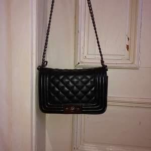 Svart quiltad väska med fint silverspänne och silverkedja från Gina Tricot 🖤 Köpt för ca 3 år sen, har en slitning på sidan, nypris ca 300 kr ✨ Frakt inräknad i priset