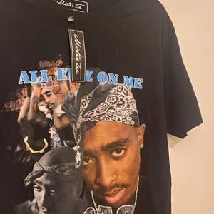 Oanvänd oversized tupac T-shirt med lappen kvar. Storlek m