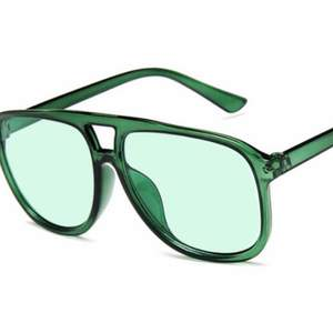 Säljer dessa solglasögon. Finns tillgängliga i grön, gul och transparent. Köparen står för frakt och paketet skickas via Postnord.