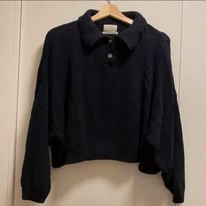 Stickad tröja från Urban Outfitters, endast använd två gånger. Kan mötas upp i centrala Göteborg, annars står köparen för frakten📬