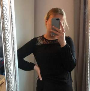 en svart långärmad tröja från VERO MODA som jag köpte för 2 år sedan. Säljer på grund av att den inte riktigt är min stil längre men den är super fin. Spets upp till och den är gjord av ett tunnare tyg.