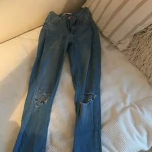 Säljer jeans från Gina tricot med hål i strl Xs
