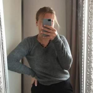 Jag säljer nu min gråa stickade tröja från vero Moda, köpte den för 2 år sedan. I halsringningen kikar det fram lite späts och det gör tröjan lite mer speciell och det är även väldigt fint. Den är i Storlek XS men den passar även S.