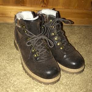 Jättefina skor i läderimitation. Använd max 5 gånger. Lite varmare höstkängor skulle jag nog säga. Dom har även typ garn längst upp på kanten vilket jag tycker är en jättefin och mysig detalj:) Säljer för 100kr + frakt:) (ej vägt dom så fraktpriset kan variera)
