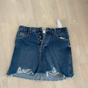 En fin bershka jeanskjol som är i storlek 34. (Köparen står för frakten