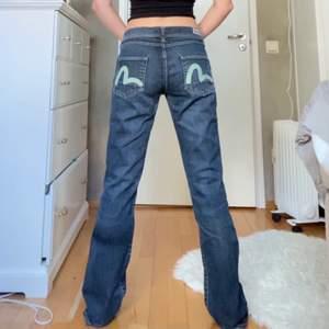 rare baggy jeans från Evisu🤩jag är ca 165cm och har w26 i lågmidjat så de sitter lågmidjat och baggy på mig! budgivning privat