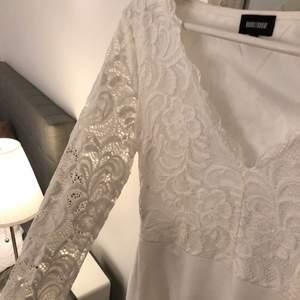 säljer min vita klänning som bara används en gång! jättefint skick och perfekt nu till avslutningar eller bara i sommar🥰🥰🥰