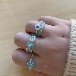 Ringset🤍💍🤍 Detta ringset kan du köpa för 50kr eller varje ring separat 25kr (endast blommor) 15kr  (en blomma) 10kr (med hjärta) 10kr (vanlig)